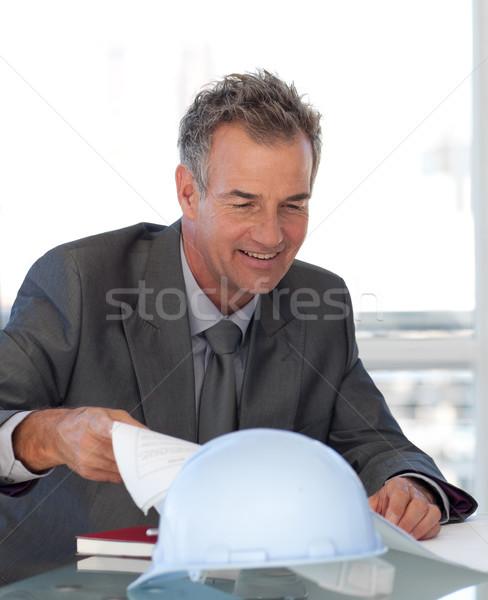 старший инженер глядя чертежи служба здании Сток-фото © wavebreak_media