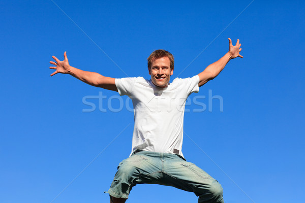 Portret jonge man springen lucht outdoor blauwe hemel Stockfoto © wavebreak_media
