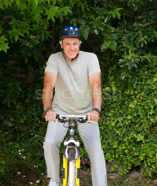 érett férfi hegyikerékpározás kívül mosoly hegy bicikli Stock fotó © wavebreak_media