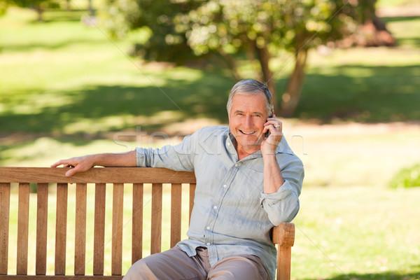 Nyugdíjas férfi park telefon kert nyár Stock fotó © wavebreak_media