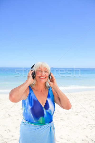 Idős nő hallgat zene vmi mellett tenger Stock fotó © wavebreak_media