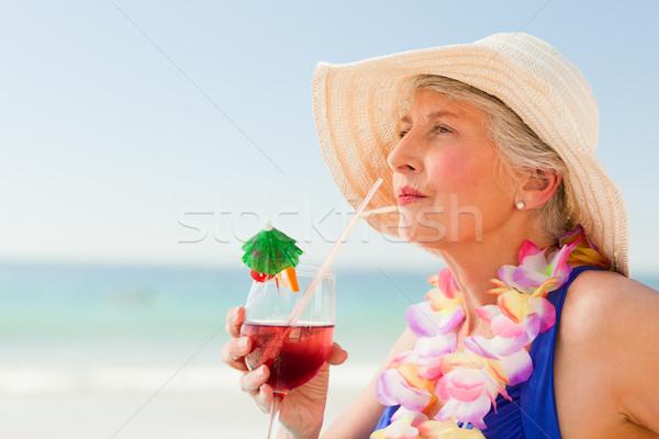 Donna bere cocktail deck sedia acqua Foto d'archivio © wavebreak_media
