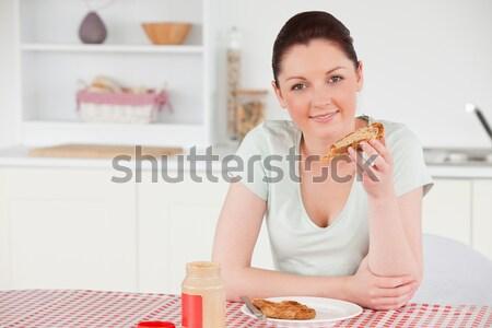 Uśmiechnięta kobieta relaks laptop sok pomarańczowy kuchnia Zdjęcia stock © wavebreak_media