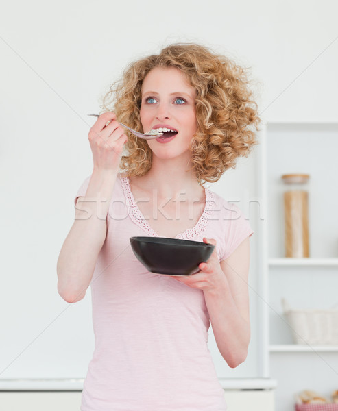 Csinos szőke nő eszik tál gabonafélék konyha Stock fotó © wavebreak_media