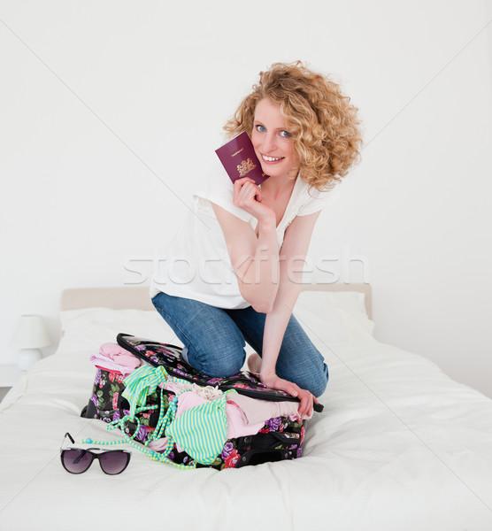 Sarışın kadın yakın bavul yatak odası yatak çanta Stok fotoğraf © wavebreak_media