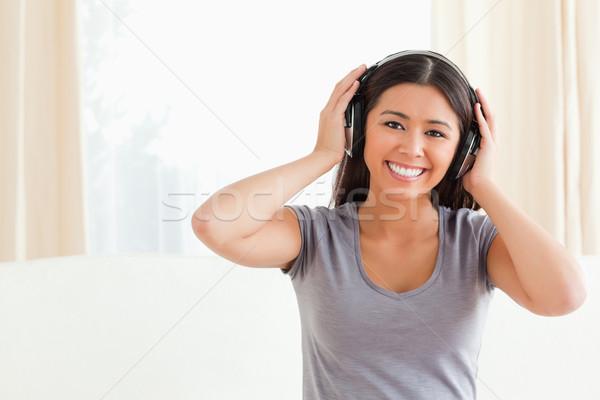 Gelukkig vrouw naar camera woonkamer Stockfoto © wavebreak_media