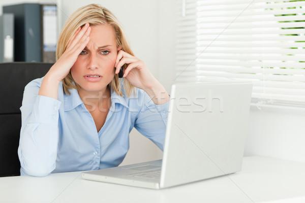 Frustrado mujer de negocios sesión cuaderno teléfono oficina Foto stock © wavebreak_media