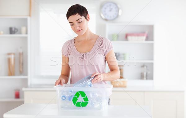 Kadın şişeler geri dönüşüm kutu mutfak Stok fotoğraf © wavebreak_media