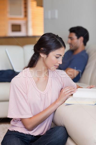 肖像 女性 読む 図書 夫 ラップトップを使用して ストックフォト © wavebreak_media