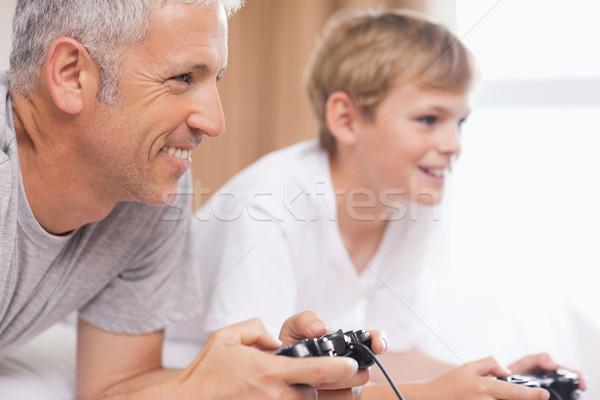 отцом сына играет Видеоигры спальня семьи кровать Сток-фото © wavebreak_media