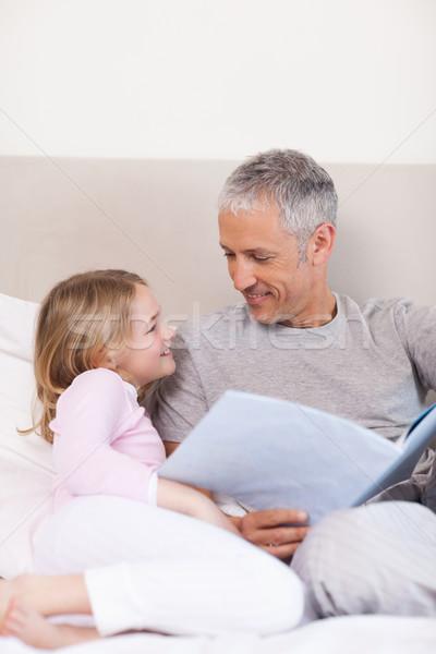 肖像 笑みを浮かべて 父 読む 物語 娘 ストックフォト © wavebreak_media
