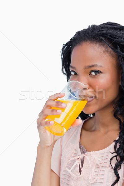 Jong meisje naar camera drinken sinaasappelsap handen Stockfoto © wavebreak_media