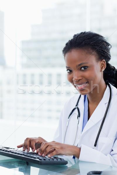 Foto stock: Retrato · sorridente · feminino · médico · escritório