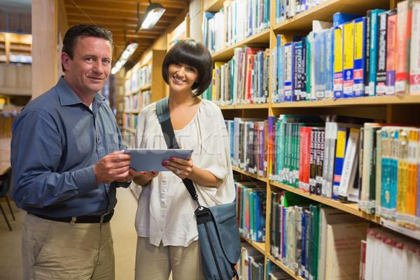 Człowiek kobieta stałego szczęśliwie biblioteki Zdjęcia stock © wavebreak_media