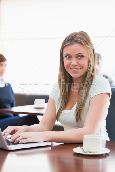 学生 座って コーヒーショップ 笑みを浮かべて ノートパソコン 男 ストックフォト © wavebreak_media