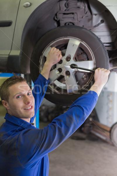 Masculino mecânico carro pneu chave inglesa Foto stock © wavebreak_media