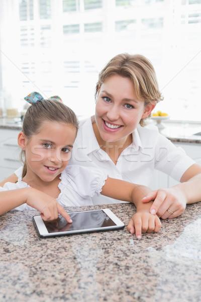Foto stock: Mãe · filha · casa · cozinha · mulher