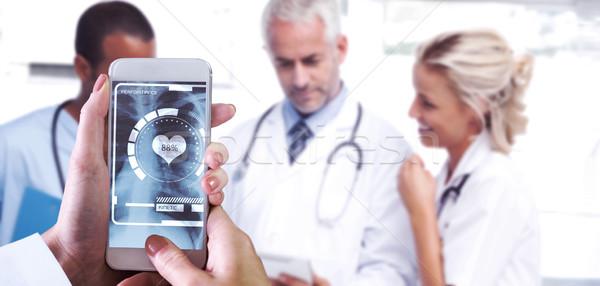 Image main smartphone médecins Photo stock © wavebreak_media