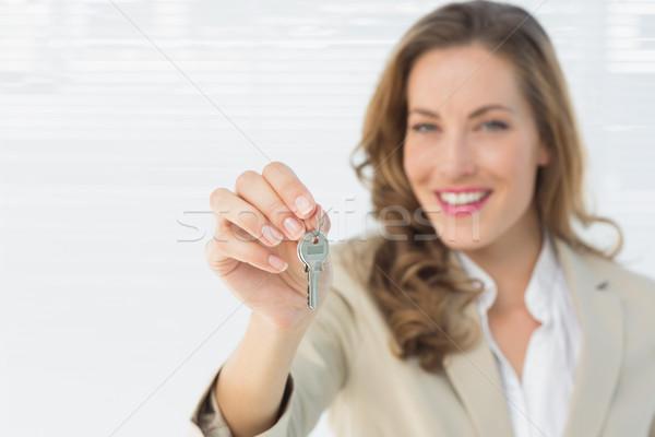 Portré gyönyörű nő tart ház kulcsok fehér Stock fotó © wavebreak_media