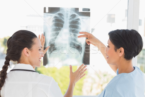 Vista posteriore due femminile medici Xray Foto d'archivio © wavebreak_media
