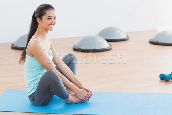 Mosolyog fitt nő pillangó testmozgás szoba Stock fotó © wavebreak_media