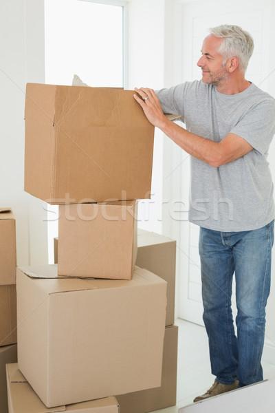 Mosolyog férfi néz karton költözködő dobozok új otthon Stock fotó © wavebreak_media