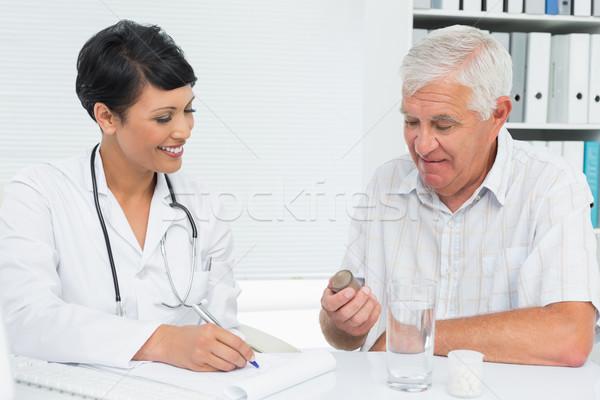 Orvos magyaráz jelentések férfi beteg női Stock fotó © wavebreak_media