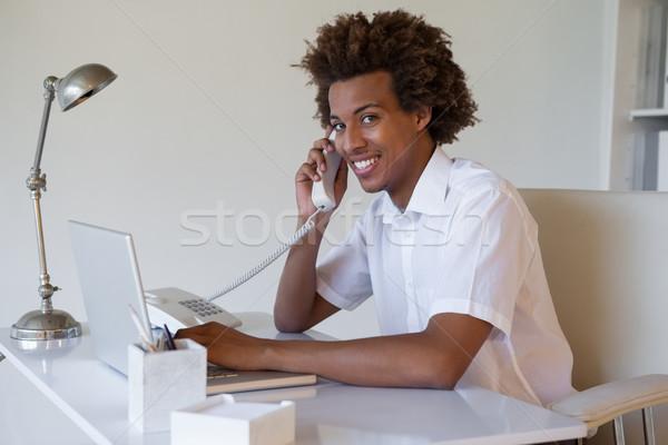 Gericht toevallig zakenman telefoon met behulp van laptop bureau Stockfoto © wavebreak_media
