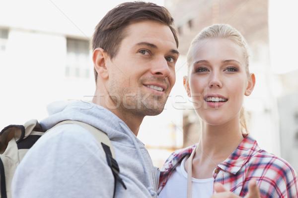 Jonge toeristische paar glimlachend iets Stockfoto © wavebreak_media