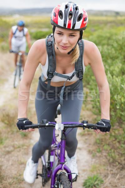 Dopasować para rowerowe górskich szlak Zdjęcia stock © wavebreak_media