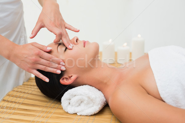 Paisible brunette massage femme Photo stock © wavebreak_media
