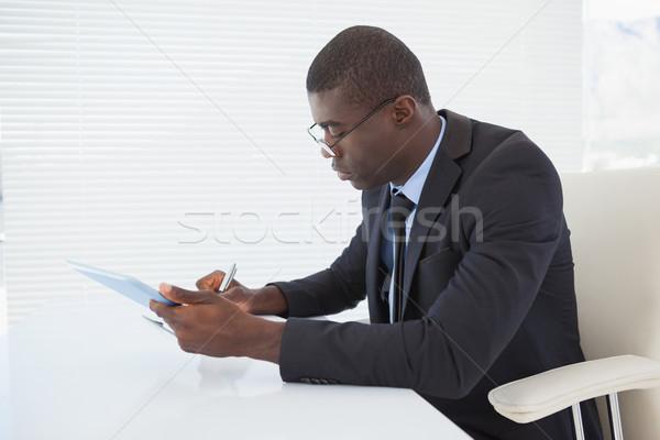 Grave imprenditore lavoro tablet ufficio business Foto d'archivio © wavebreak_media
