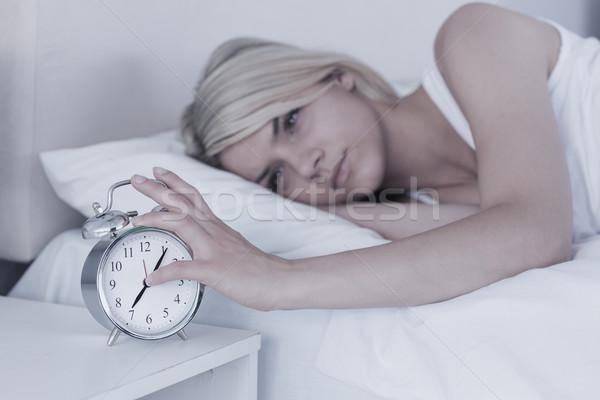 Mulher mão despertador cama mulher jovem casa Foto stock © wavebreak_media