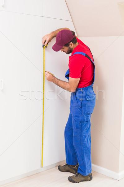 Travailleur de la construction mètre à ruban maison homme travail Photo stock © wavebreak_media
