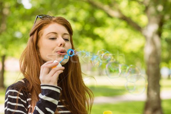 Nő buborékfújás park aranyos fiatal nő jókedv Stock fotó © wavebreak_media