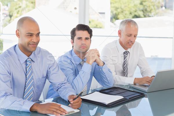 Equipo de negocios reunión oficina hombre feliz portátil Foto stock © wavebreak_media