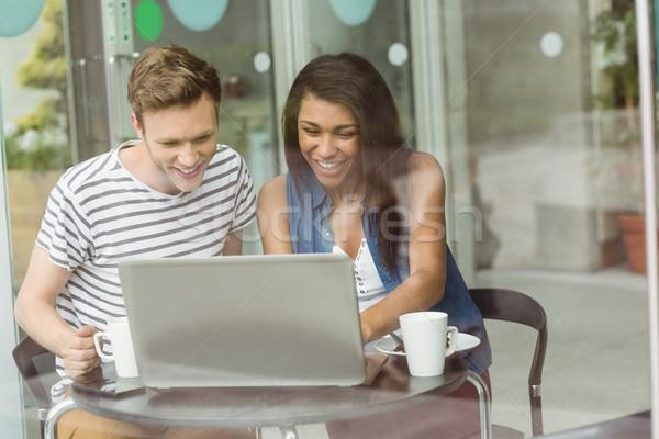 Mosolyog barátok csokoládés sütemény laptopot használ kávézó egyetem Stock fotó © wavebreak_media