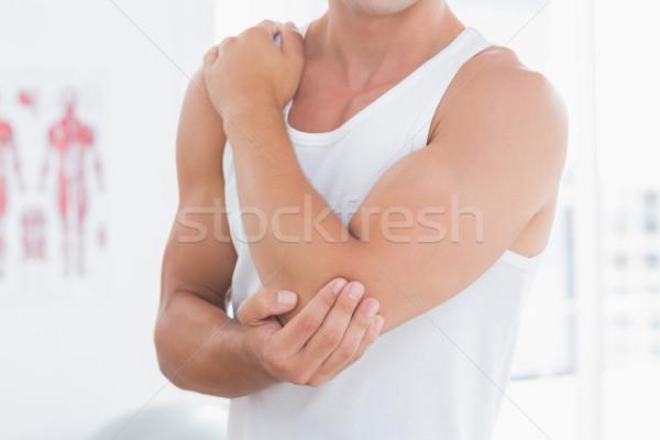 Fiatalember szenvedés könyök fájdalom orvosi iroda Stock fotó © wavebreak_media