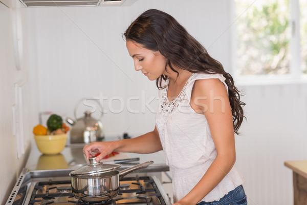 красивой брюнетка глядя кастрюля кухне таблице Сток-фото © wavebreak_media