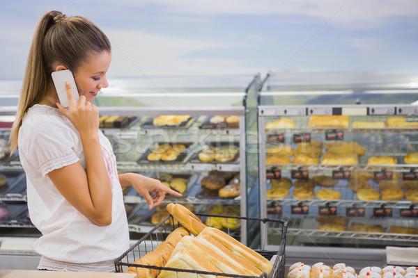Nő vásárol kenyér sütemények polc hív Stock fotó © wavebreak_media