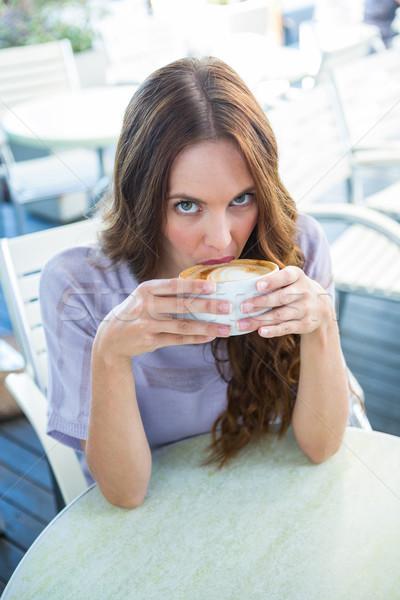 Csinos barna hajú élvezi cappucchino napos idő kávé Stock fotó © wavebreak_media