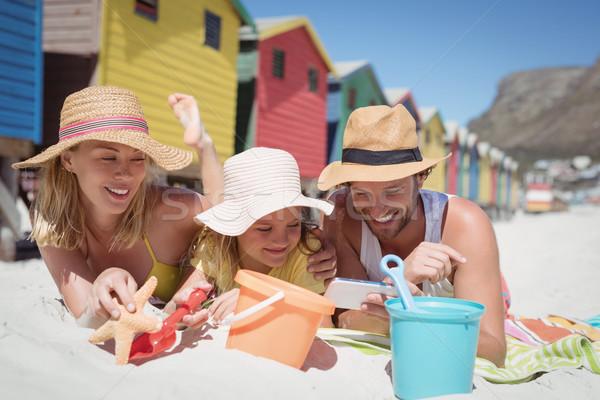 Boldog család pléd tengerpart együtt napos idő nő Stock fotó © wavebreak_media