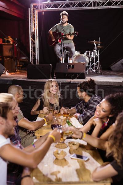 Mannelijke muzikant zingen fans vergadering tabel Stockfoto © wavebreak_media
