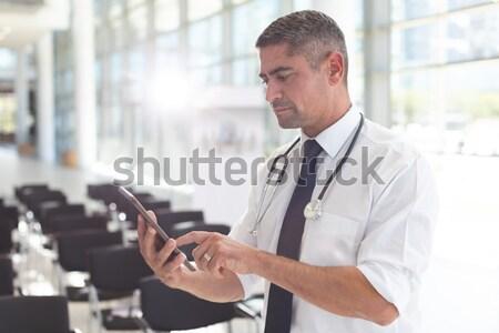 Knappe man digitale tablet restaurant business liefde Stockfoto © wavebreak_media