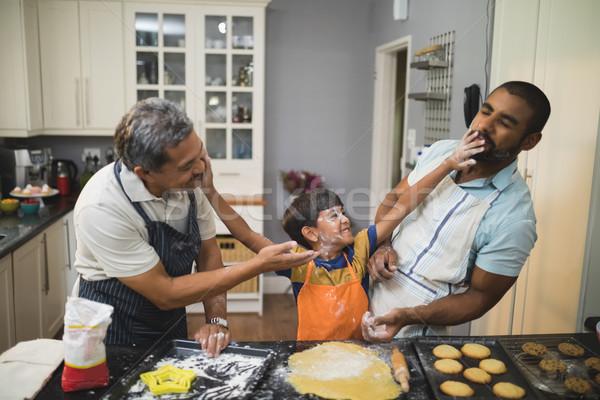 Foto stock: Nino · jugando · padre · abuelo · cocina