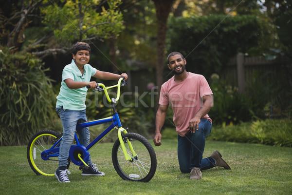 Stok fotoğraf: Portre · baba · oğul · bisiklet · park · ağaç · mutlu