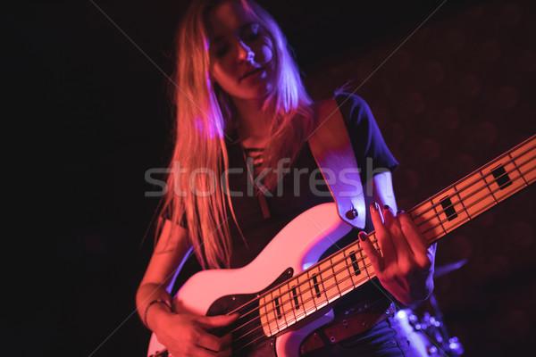 Hermosa femenino guitarrista realizar discoteca Foto stock © wavebreak_media