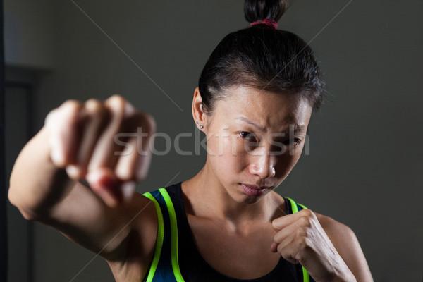 Vastbesloten vrouw oefenen boksen fitness studio Stockfoto © wavebreak_media