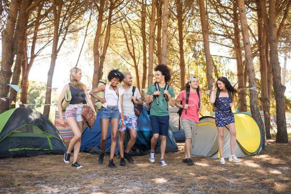 Teljes alakos mosolyog barátok táborhely sétál mező Stock fotó © wavebreak_media
