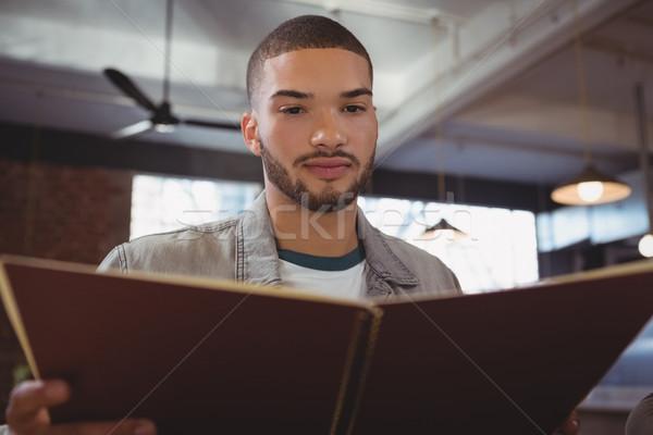 Mann Lesung Menü junger Mann Kaffeehaus Holz Stock foto © wavebreak_media